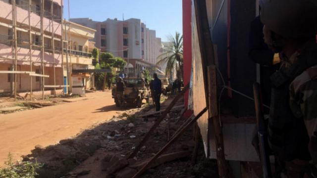 Photo of مسلحون يحتجزون 170 شخصا من جنسيات مختلفة داخل فندق في باماكو عاصمة مالي