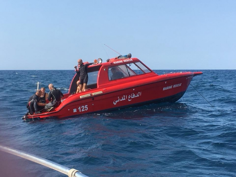 Photo of بالصور | انقاذ سبعة مواطنين فقدوا اثناء ممارسة رياضة السباحة مقابل شاطئ صور
