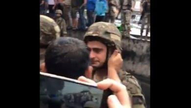 Photo of بالفيديو   دموعك غالية يا وطن.. عنصر من الجيش يبكي بعد مواجهات مع المتظاهرين