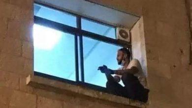 Photo of كان يتسلق جدار المشفى لمراقبتها.. صور مؤثرة لشاب ظل يتابع والدته المصابة بكورونا حتى خسرها!!