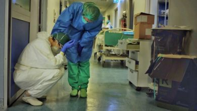Photo of بسبب تصاعد إصابات كورونا… الأطباء المصابون بالفيروس مطالبون بالاستمرار في العمل!
